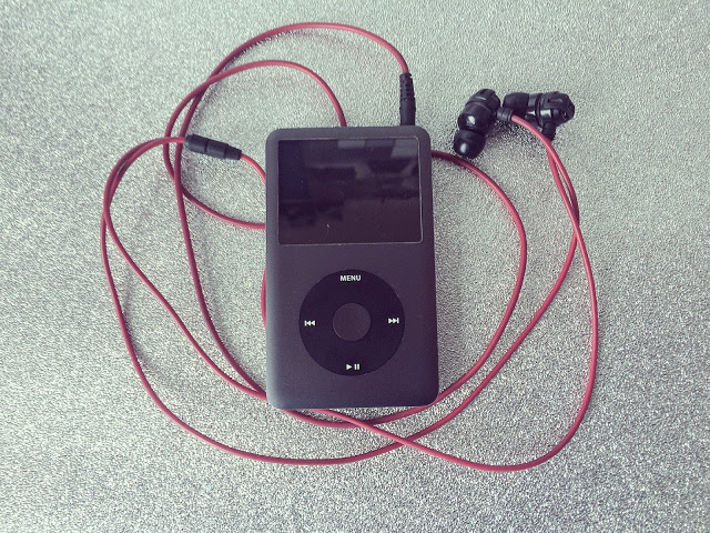 ipod-headphones-the-english-everygirl
